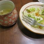 おむや - セットのスープとサラダ
