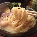 神山 - 濃厚とんこつ塩らーめん(650円)麺リフト