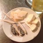 立ち飲みバル フクロウ - チーズ3種盛り