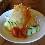 27139364 - トマトドレッシングをかけたサラダ