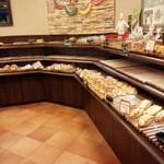オーロール - パンの種類は優に20種類以上。