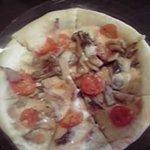 2718011 - パンチェッタ、キノコ、トマトのピッツァ