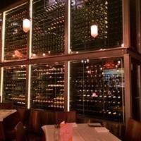 巨大なワインセラーには1000本以上のワインが!