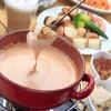 キッチン・キャミー - 料理写真:キャミー一番人気のトマトチーズフォンデュ!! カマンベールチーズをふんだんに使ったチーズフォンデュに自家製のトマトソースを混ぜてあっさりとした味わい。