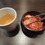 李朝園 - 料理写真:コーン茶とサービスキムチ