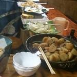 津軽 - カウンターに大皿が並んでます