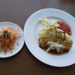 エアポートグリル&バール - 豚肉のマーマレード風味と島野菜のフリット添え青パパイヤと珊瑚海藻のサラダ添え
