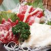炙り焼き炉ばた 笑かしや ~はなれ~ - 料理写真:鮮度抜群。熊本から直送する『馬刺し三点盛り』