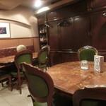 松濤倶楽部 - 奥にテーブル席がいくつかございます