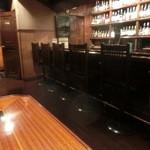 松濤倶楽部 - カウンターの奥にはお酒がびっしり
