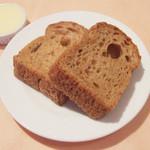 ベルーガ - ベルーガ ランチコース(3456円)のライ麦パン