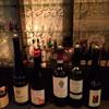 ワインブティックタニ - 内観写真:ボトルにグラス単価が白マジックで無造作に記入してある。