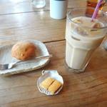ハaハaハa - アイスミルクコーヒーとオレンジのカップケーキ