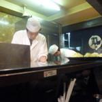 とんかつ三太 - カウンターでは揚げる職人さんと、ひたすら食パンをザクザク切る職人さん