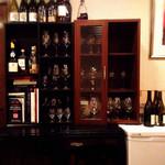 小田島 - この見事なセラーと入りきらないワイン達。