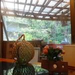 海人市場 - テーブル席から見た庭