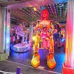 27482676 - 店頭ではデモ版のロボットを操作中!