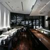 ハルヤマシタ 東京 - 内観写真:滝をイメージしたライティングや和紙を施した壁材など、山下が考える食事に合う「和」の空間をスタイリッシュに表現しています。