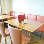 四川飯店 - 明るい日差しが差し込むテーブル席。