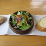 アールカフェ - パンとサラダ