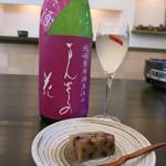 和菓子薫風 - ドライフルーツの入った羊羹にまんさくの花を合わせました。