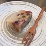 和菓子薫風 -  ドライフルーツの入ったカルダモンの香りの羊羹。
