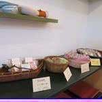 和菓子薫風 -  店内には持ち帰りのお菓子も。