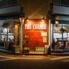 ザ・コーナーハンバーガー&サルーン - 外観写真:「街角(コーナー)」にたたずむN.Y.スタイルバー
