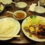 新華苑 - 料理写真:ある日の日替わりは 酢豚と春巻、850円