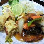 新華苑 - 料理写真: マカロニサラダもついてて美味しそうです。