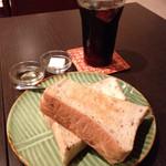 カフェ ルンバルンバ - アイスコーヒー(400円)とトースト(300円)