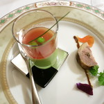 27807249 -  アミューズグール ホロホロ鶏のガランティーヌ 熟成黒大蒜とマスタードソース グリンピースのムース トマトのピュレ 食用花