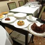 27807299 -  デセール ワゴンデセール ココナッツのブランマンジェ フリュイのタルト ほとんど生チョコのガトーショコラ 他