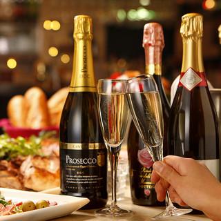グラスで飲めるワインやスパークリングワインが常時10種類☆