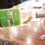 ワインバル 青木酒店 - テーブルで並々注いでくれます