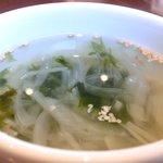 マナ - チキンのとうがらし焼き 880円 のワカメスープ