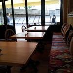 ア・ラ・カンパーニュ - 全てのテーブルにワンコがいますよ。