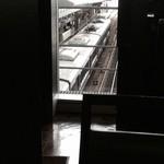 デリカフェ エキスプレス大阪 - 一番端の、ソファー席から見た電車!