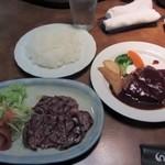 牛亭 - 後輩の注文したBランチ1700円、ハンバーグとステーキが両方食べれるこの店お勧めの一品です。