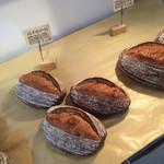 ベーカリー パン ド ハッシュ - 明るく洒落た店内 パンの数量は少ない