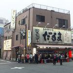元祖串かつ だるま - 別の日の撮影ですが、日曜日の18時ごろ。待ち客が出ていました。