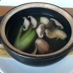 27968290 - 蟹爪とキノコ、季節野菜入り澄ましスープ