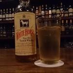 スペイサイドウェイ - ドリンク写真:ホワイトホースのオールドボトル
