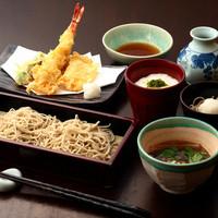 当店おすすめ、3種の蕎麦や天ぷらが欲ばりに食べられる『楽膳(らくぜん)』