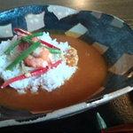 わらび奄 - 特製海老カレー(750円 小さいが上質の細巻海老が使われている。サラダ付き)