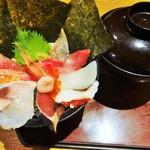 28179920 - 「海鮮丼」大きくて美味しイ味噌汁がセットになっています。