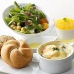 エスタシオン カフェ - エスタシオン プレート (ミニグラタン、サラダ、パン、デザートの盛り合わせ)