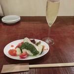 ワライヤキッチン - 料理写真:<2014年6月> 一人で来店。既に食べて来た後だったので軽いのを店長さんがチャッチャと作って下さいました。シュワシュワ泡もお任せで~オイシ~♡