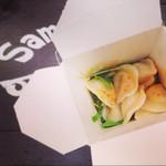 サマンサ&バーバラ - 水餃子。モチモチで美味しい。辛さは好みを伝えて調整してもらえます。450円