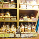ナオズオーブン - 店内入っておくの棚だけでも20種類くらいのクッキーがありました。
